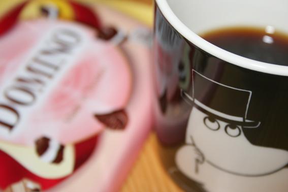 Medan man bläddrar i boken dricker man lite kaffe från Muminmuggen och äter en bit Marabou. Smaken med dominokex är ny. Egentligen begriper jag inte varför man måste sätta