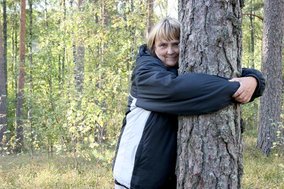 Det lär vara hälsosamt att krama träd.