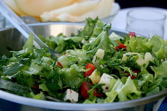 Salladen som serverades till grillkorven. I bakgrunden melon.
