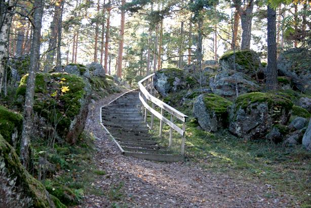 I norra ändan av gamla kyrkogården finns en trätrappa som leder upp mot Kvarnåsen.