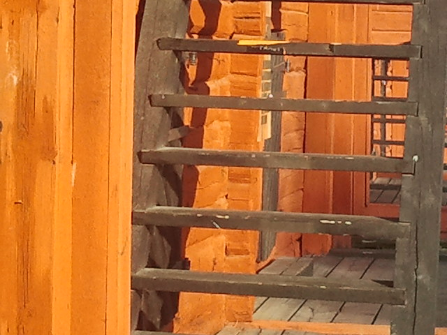 Eftermiddagssolen lyser på en av bodväggarna.