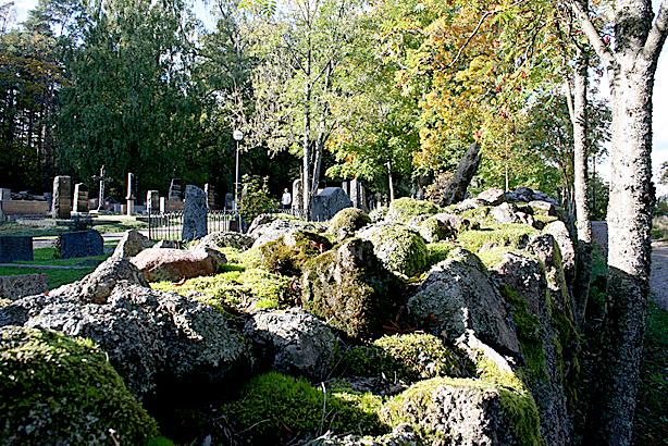 Gamla kyrkogården är fin i Lovisa. Och den här muren har ju sett ett som annat.