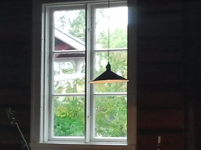 Fönstret mot gården i Café Saltbodan, som håller öppet ännu i morgon och nästa veckoslut lördag-söndag.