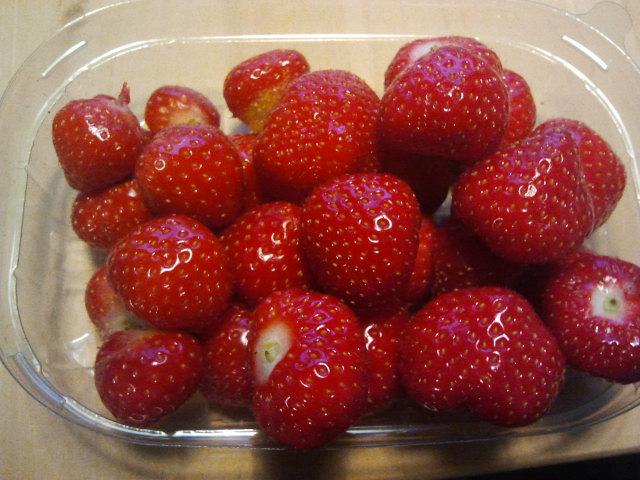 Så här fina jordgubbar köpte jag i dag. Inhemska dessutom, odlade i Närpes. Fantastiskt goda också. I morgon förvandlas de som jag inte åt upp i dag till en frukostsmoothie.