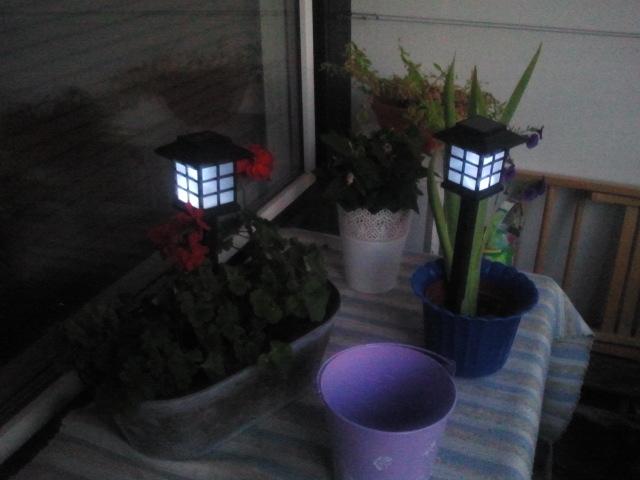 Lampor som laddas då det är ljust på dagen, bäst i direkt sol tror jag. Kostade bara två euro styck och ger mysig kvällsbelysning på balkongen. Förstår inte riktigt hur de kan vara så billiga. Såldes kanske till förlustpris som kampanjpryl när lokala järnhandeln hade höstjippo nyligen?