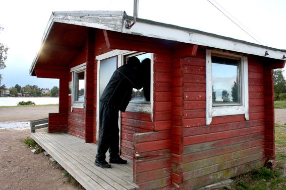 Den här stugan längst ute på udden har också sett sina bästa dagar. Men den används av föreningsfolk, bland annat fiskare.