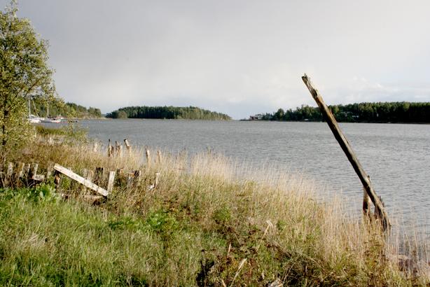 Utsikten från västra halvan av udden söderut. Långt borta syns sädessilona i Valkom hamn.