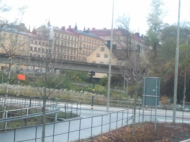 Här kommer nu bilder lite huller om buller från vår höstresa till Sverige. Här är vi på väg med bussen från Viking Lines terminal med Eskilstuna som mål. Jag gillar vyn över Stadsgården och Södermalm.