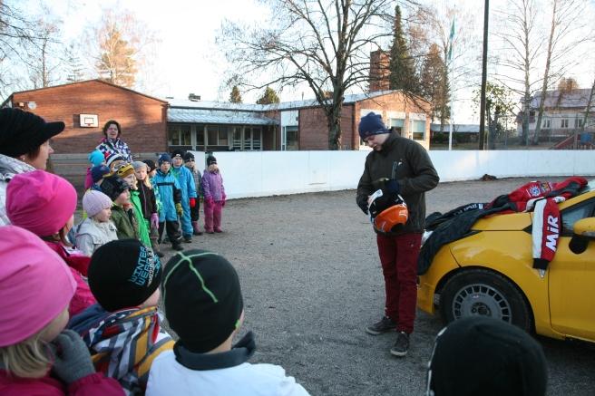 Rallyföraren Andreas Amberg besöker Kapellby skola i Lappträsk.