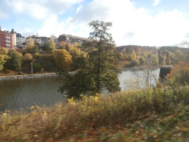 Vi tog bussen från Viking Lines terminal via Södertälje mot Eskilstuna. Här åker vi förbi en kanal i Södertälje.