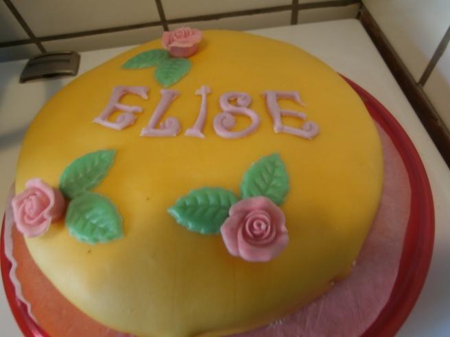 På namngivningsfesten bjöd Elise Karlsson Liljendal oss på den här fina kakan. Eller egentligen hade hennes mamma bakat två fina kakor.
