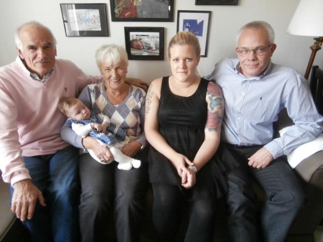 Fyra generationer på namnfesten i Torshälla. Gammelfarfar och -farmor Bengt och Inge-Maj, mamma Jenny och morfar Benny.