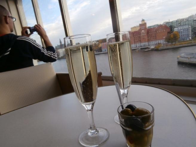 Varsitt glas mousserat, lite oliver och en vacker utsikt över Stockholm då vi är på väg hemåt igen.