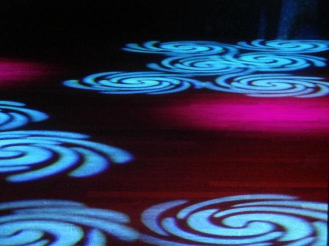 Lamporna bildade olika mönster på dansgolvet och jag sysselsatte mig en stund med att försöka föreviga dem på bild.