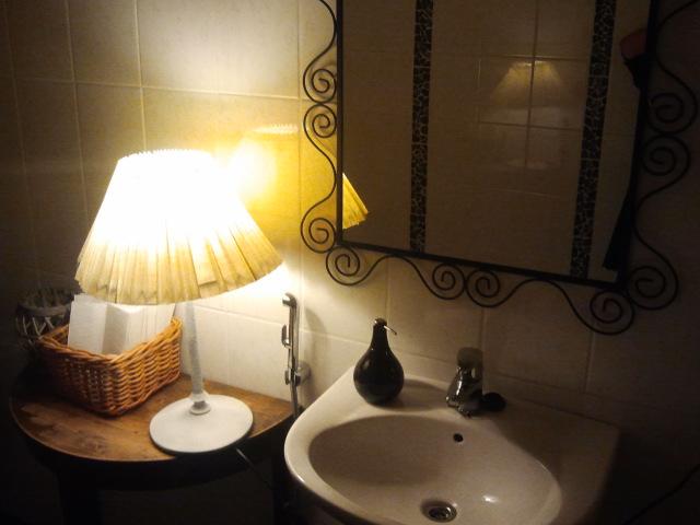 En toalett behöver ju inte se tråkig ut. Här finns mysbelysning och platsen är både ren och snygg.