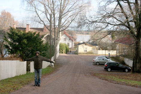 På väg bort från gamla kyrkogården. Promenaden fortsatte ner mot Lovisaviken som var alldeles grå i höstblåsten.