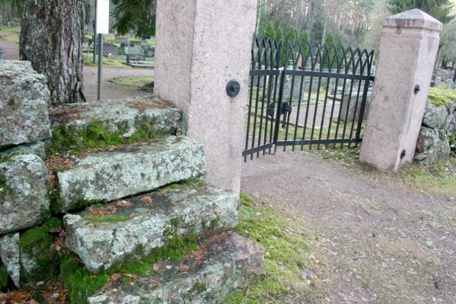 Gamla kyrkogården är fin med gjutgärnsgrind, gamla murar och trappsteg.
