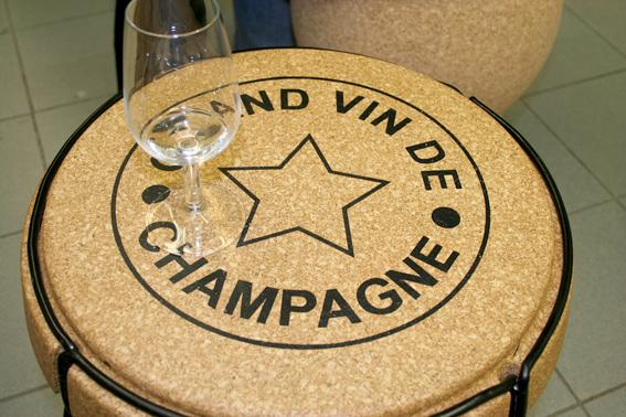 Ett bord som såg ut som en champagnekork. Fanns också stolar i material som liknade kork. De var bekväma och blev varma då man satt på dem.