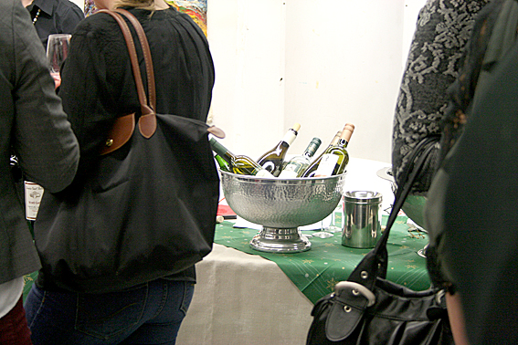 Vinflaskor i väntan på vinprovare.