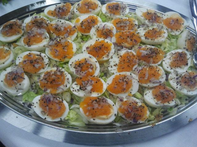 Försvinnande goda ägghalvor med rom.