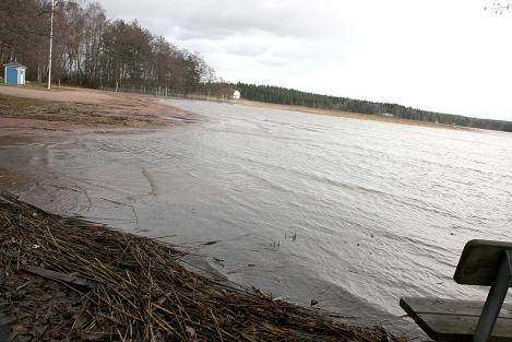 Regnet öste ner i lördags och i dag har det fortsatt blåsa. Vattennivån stiger, men än är det inte så hög som den var för några år sedan då den var omkring 120 cm över det normala.
