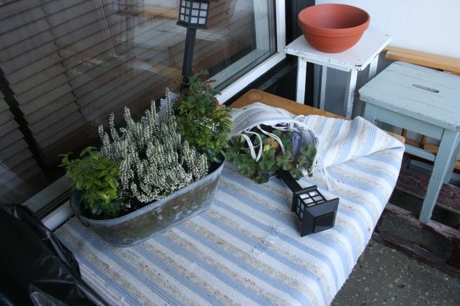 Bilden är inte manipulerad. En lykta som stod i en blomkruka har blåst omkull på vår balkong.