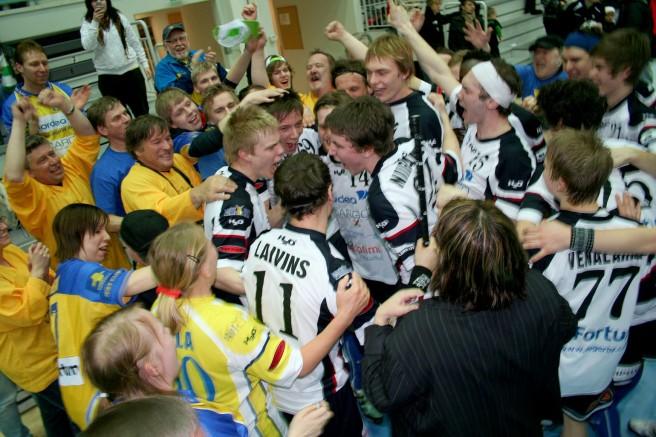 Våren 2010 utspelades de är glädjescenerna i Uleåborg när Tor avancerade till högsta serien i innebandyn.