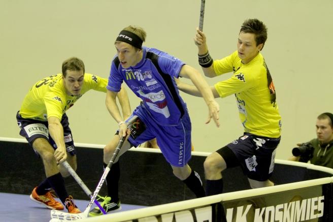 Matchen började bra. Efter första perioden var läget 2-2, efter den andra 4-4. Här kämpar Niklas Andersson (till vänster) och Rasmus Horn om bollen. Foto: Benny Liljendahl