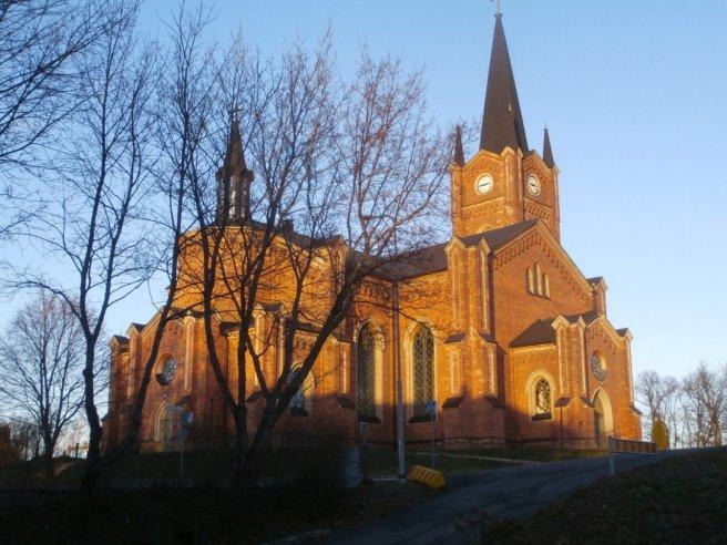 Vår fina kyrka i eftermiddagssolen.