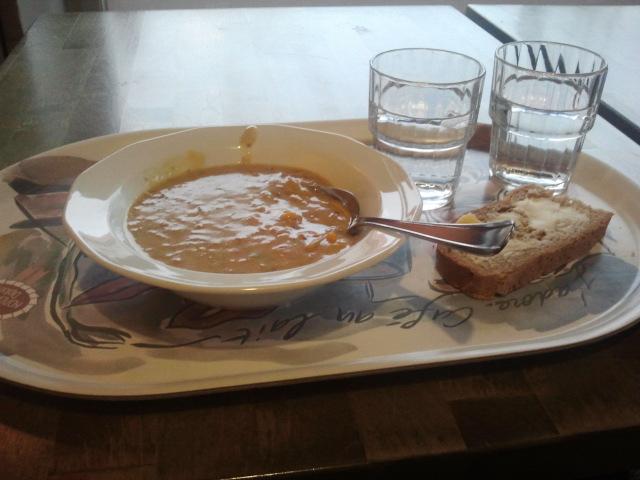 Soppan ser kanske inte så delikat ut på bild. Men Café Vaherkyläs kycklingsoppa som serveras varannan torsdag är min stora favorit.