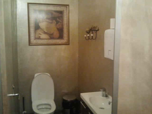 I serien av trevliga toaletter kommer här en bild från Café Vaherkyläs.
