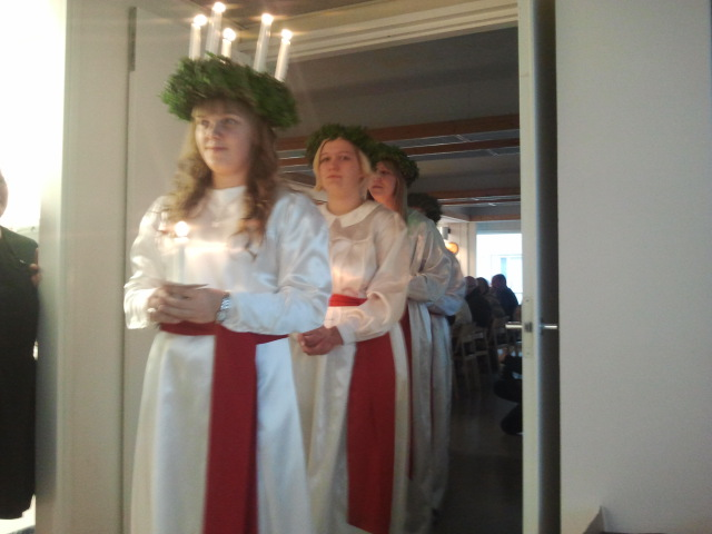 Luciaföljet som består av lucia Johanna och tärnorna Jonna, Klara och Emilia uppträdde på de ensammas jul.