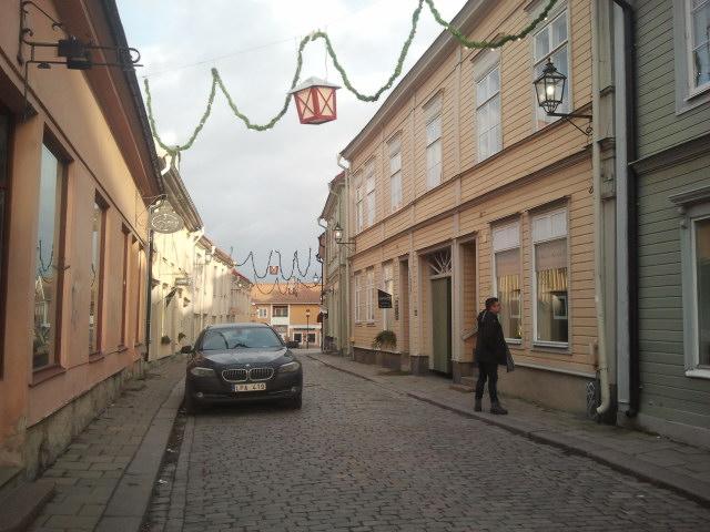 Det blåste ganska friskt. Tänk om man hade fått lyktan från gatans juldekorationer i skallen. Kommit hem med bandage runt huvet och sagt att man fått en lykta i huvet då man var i Sverige... ja-ja, höh-höh, säger du det?