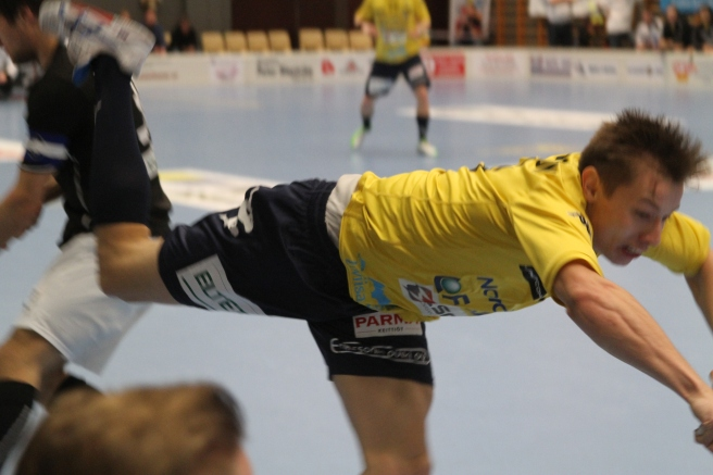 Fartfyllt värre är det för det mesta. Här har Dan Forsström råkat på en tackling. Han fick till och med motståndarens klubblad i ansiktet innan han flög mot sargen.