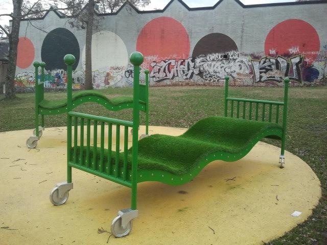 """Vet inte vad det här konstverket heter. Kanske """"Å så skönt att vila grönt"""" :-) Graffitin i bakgrunden är också fin, tycker jag."""
