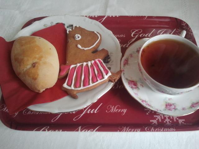 I Konungsdammens hus, hos Markku Pulkkinen och Olga Isaeva, kan du i lugn och ro njuta av kaffe, saft eller te. Olgas kålpirog vill jag aldrig vara utan och Muminpepparkakan tog jag hem. Men före jul ska jag käka upp henne.