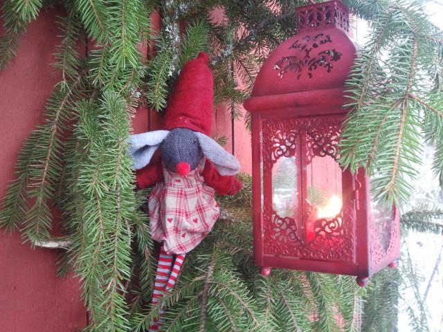 Tomten och lyktan välkomnar dig till julboden på Konungsdammens gård. Här doftar det av granris.