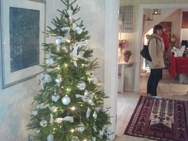 Julgranen har pyntats med prydnader som också finns till salu i julboden.