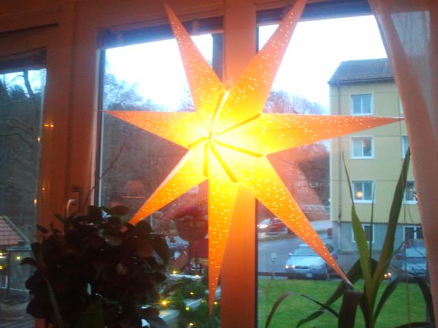 Gillar de riktigt stora adventsstjärnorna som många här. Den här finns hos Jenny, Johan och Elise där vi åt lunch på julafton.