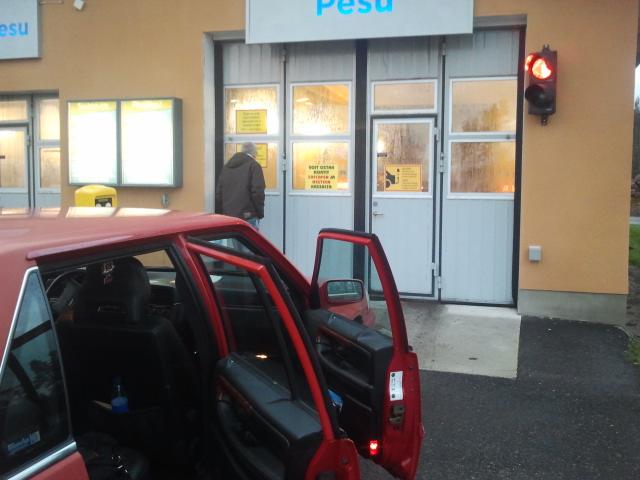 Vår Volvo, även Svensson kallad, i väntan på julbastun.