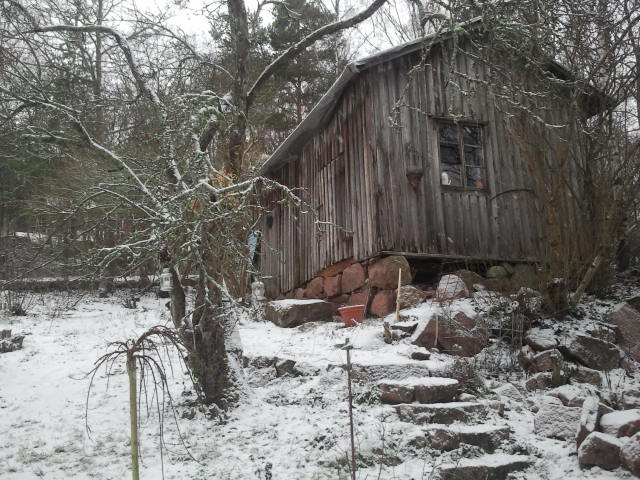 En gammal gårdsbyggnad.