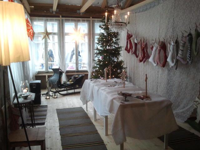 Den andra delen av huset, där paret Tiina och Juha Karvonen och deras barn inte bor, har inretts till en julbod. Här får Tiina i framtiden en arbetsverkstad. Nu såldes här bland annat växtfärgade garn, bivaxljus, keramikföremål och härliga julklappsstrumpor - de syns på väggen.