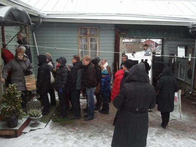 Kön ringlade sig lång till boningshuset. Många ville se hur familjen Karvonen pyntat huset inför jul.