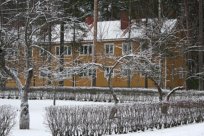 """Hemåt via Västra Åsvägen. Där ligger ett hus som kallas baracken. Det fanns två av dem förr men ett brann ned. I det här huset bodde flickan Onneli då filmen """"Onneli ja Anneli"""" spelades in i Lovisa."""