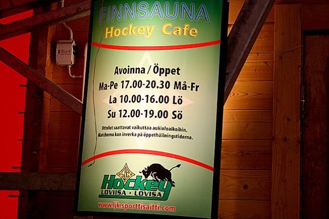 I ishallen finns en cafeteria som skyltar så här fint. Maken bjöd mig ut för att äta :-) Fick en grillad korv!
