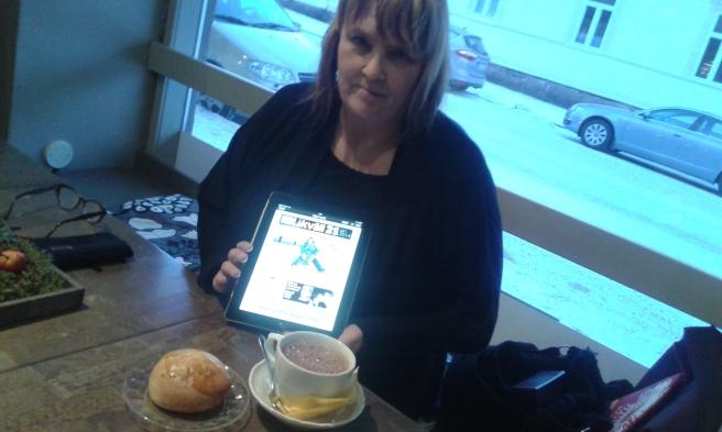 """Hbl är den första finlandssvenska dagstidningen som ger ut också en kvällsupplaga. Fem gånger i veckan kan man läsa Hbl två gånger per dag, den ena gången dock """"bara"""" digitalt."""