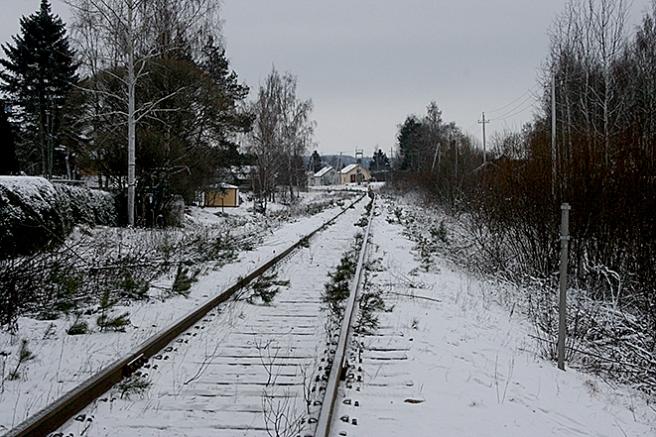 Längs med Järnvägsgatan går, hör och häpna, en järnväg :-) Den leder från Lahtis till Lovisa och ner mot Valkom hamn. Här går inte fler än ett par tåg per vardag, så under helgen är det tryggt att korsa spåret till fots.
