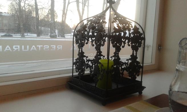 Ett ljus i bur. Trevlig inredningsdetalj på Bella Lovisa.