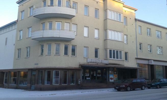 I det här huset finns Lovisas fina biograf Kino Marilyn. Här finns också företag och bostäder. Vacker byggnad, inte sant?