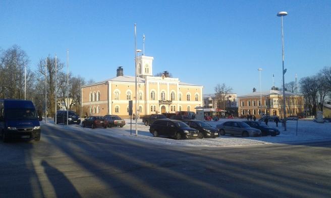 Visst har vi ståtliga byggnader i centrum av Lovisa? Och solen sken i dag från en klarblå himmel. Gatan heter Alexandersgatan och när jag vänder på klacken här börjar jag gå mot Café Vaherkylä där jag ska luncha.